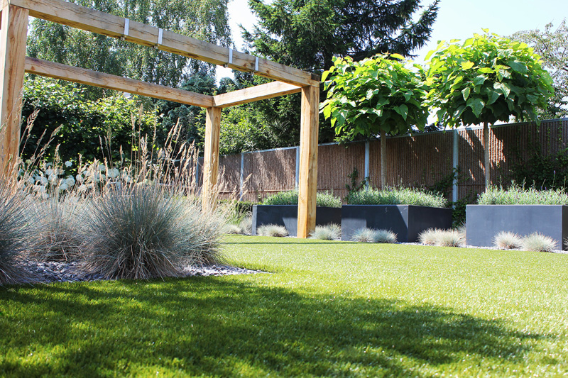 Artificial lawns with synthetic grass for gardens and for Royal dutch gardens